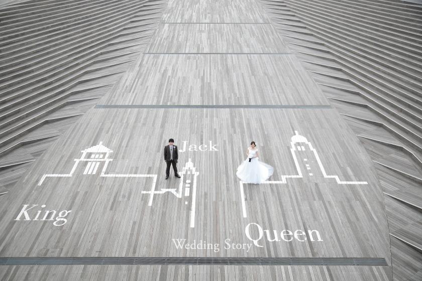 大さん橋で有名な三塔が描かれた床の上に立って。