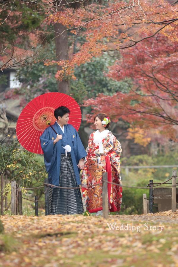 紅葉の絨毯の中手を取り合ってお散歩