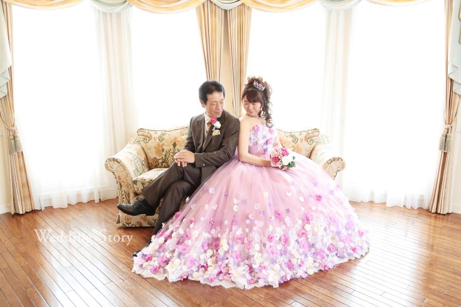 銀婚式の記念にカラードレスで撮影するフォト