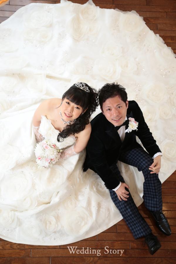 ドレスを広げたお座りショットは撮影の人気ポーズ