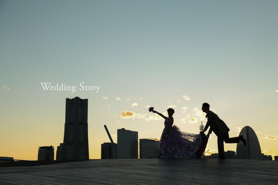 大さん橋の夕景で撮影するシルエット