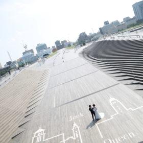 横浜のシンボル三塔の描かれた床面はウェディングフォトにぴったり