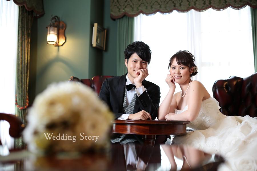 2人おそろいのポーズで笑顔のウェディングフォト