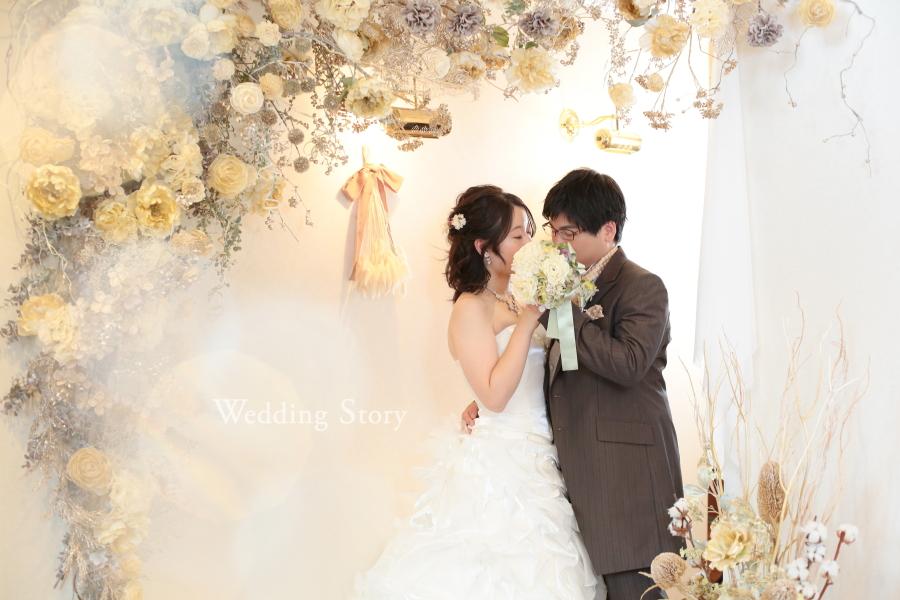 きらびやかなお花のアーチに囲まれて撮影したウェディングフォト