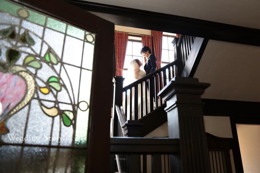 洋館らしいシックな階段でのロケーションフォト