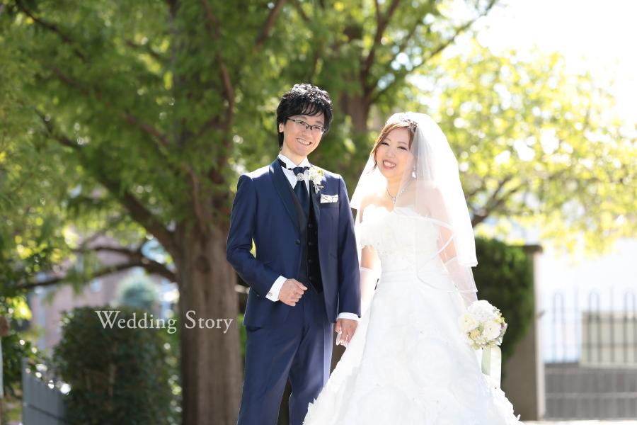 明るい緑に上が尾が弾む結婚前撮り