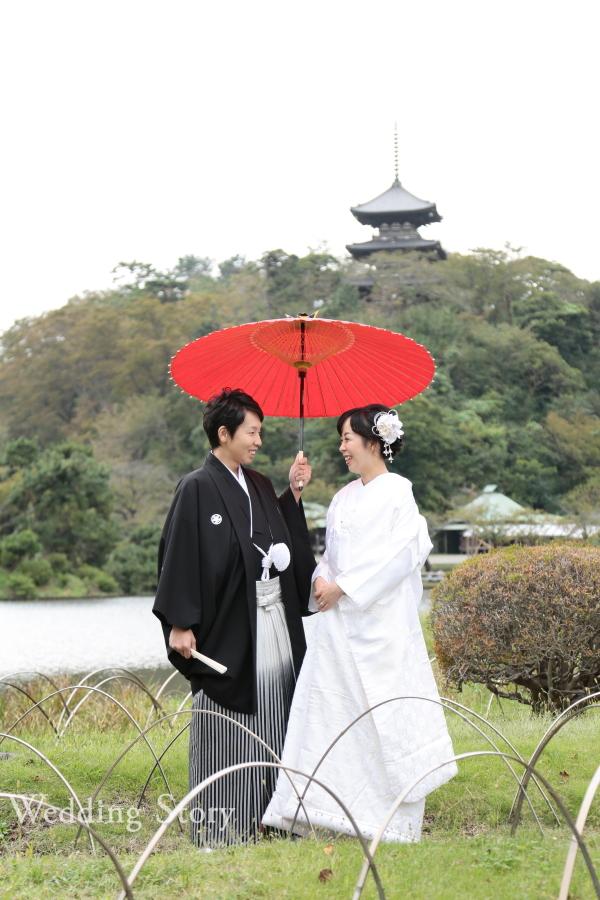 赤い和傘が映える王道の和装前撮り