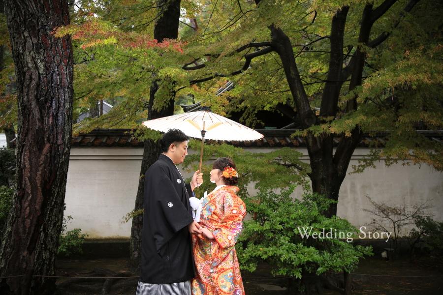 雨の中での和装撮影は、幻想的な雰囲気を醸し出します。