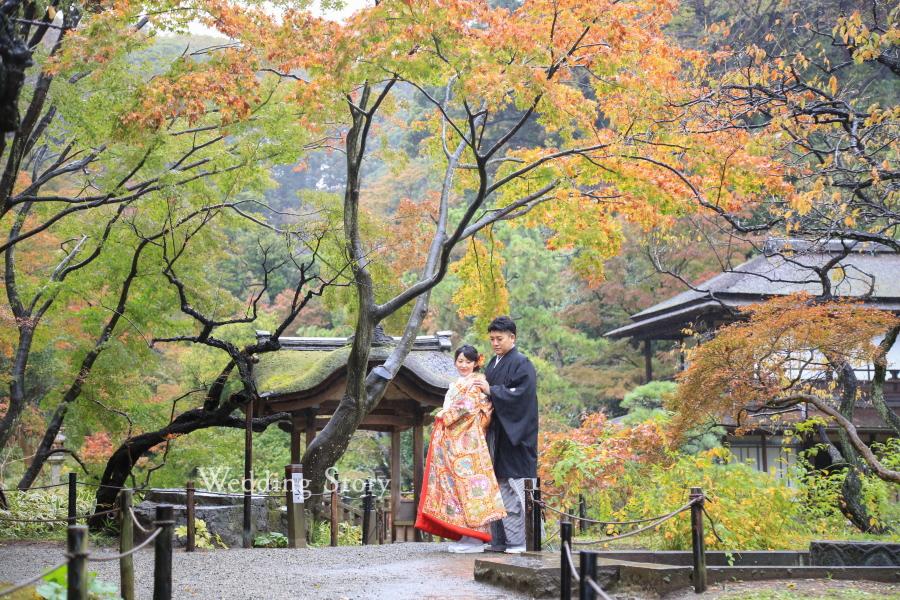 色づき始めた紅葉が美しい和装ロケーションフォト。