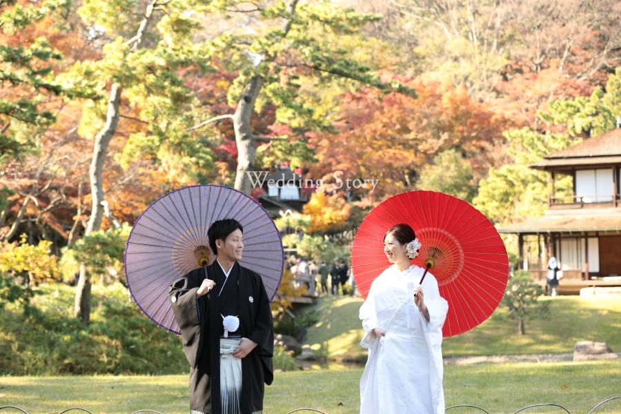 和傘が紅葉の庭園に映える1枚