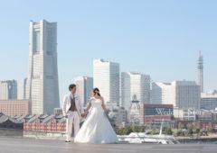 大さん橋から見えるダイナミックなみなとみらいを背景に撮影するウェディングフォト