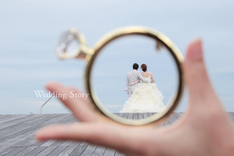 指輪の中にお2人を入れた遠近法を利用した技あり写真