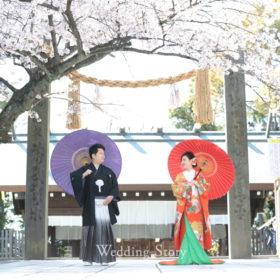 伊勢山皇大神宮らしい注連柱の前での和装桜ロケーション